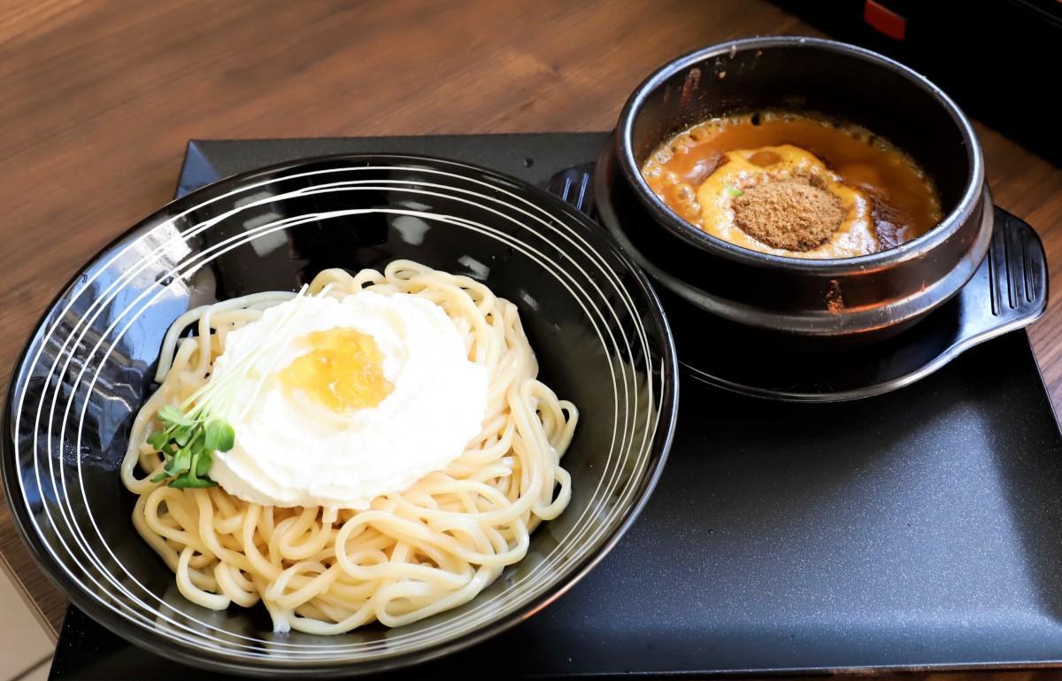 スープを熱々の土鍋で提供する「黄金つけ麺」