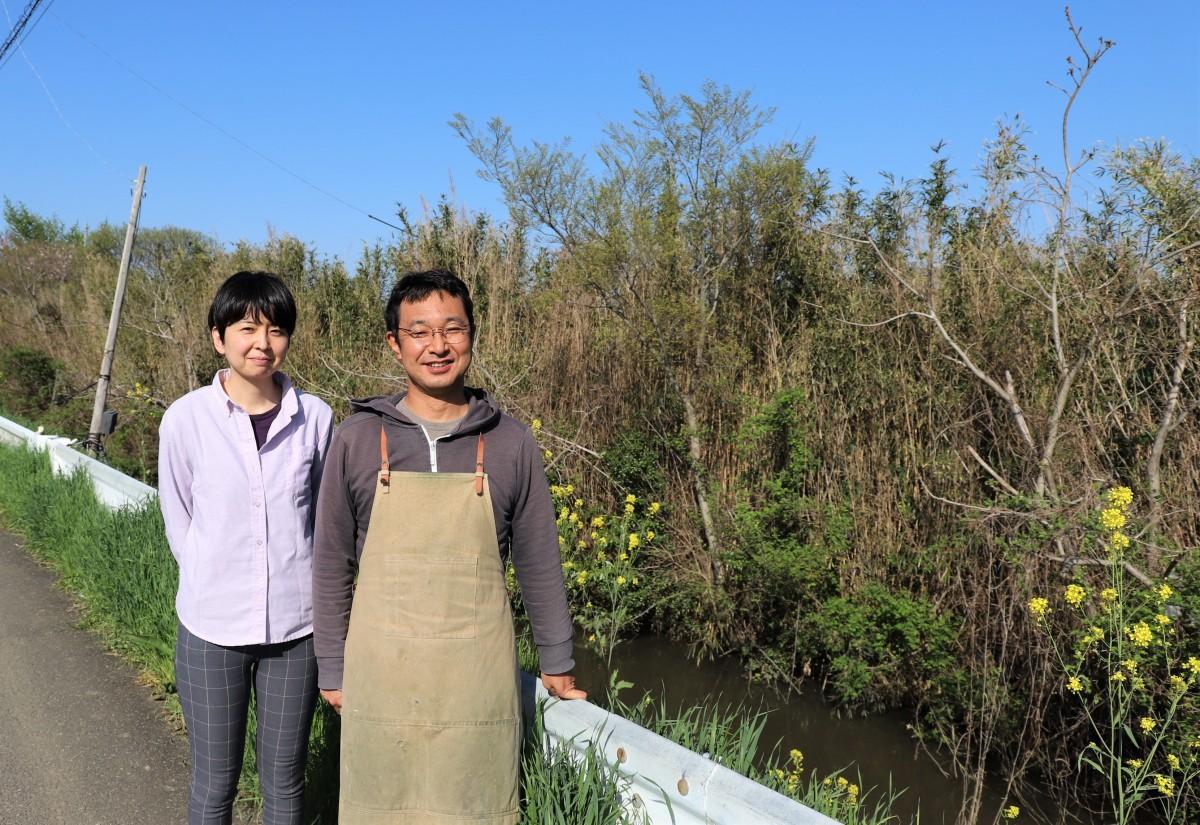(右から)平島鉄也さん、妻の由香さん