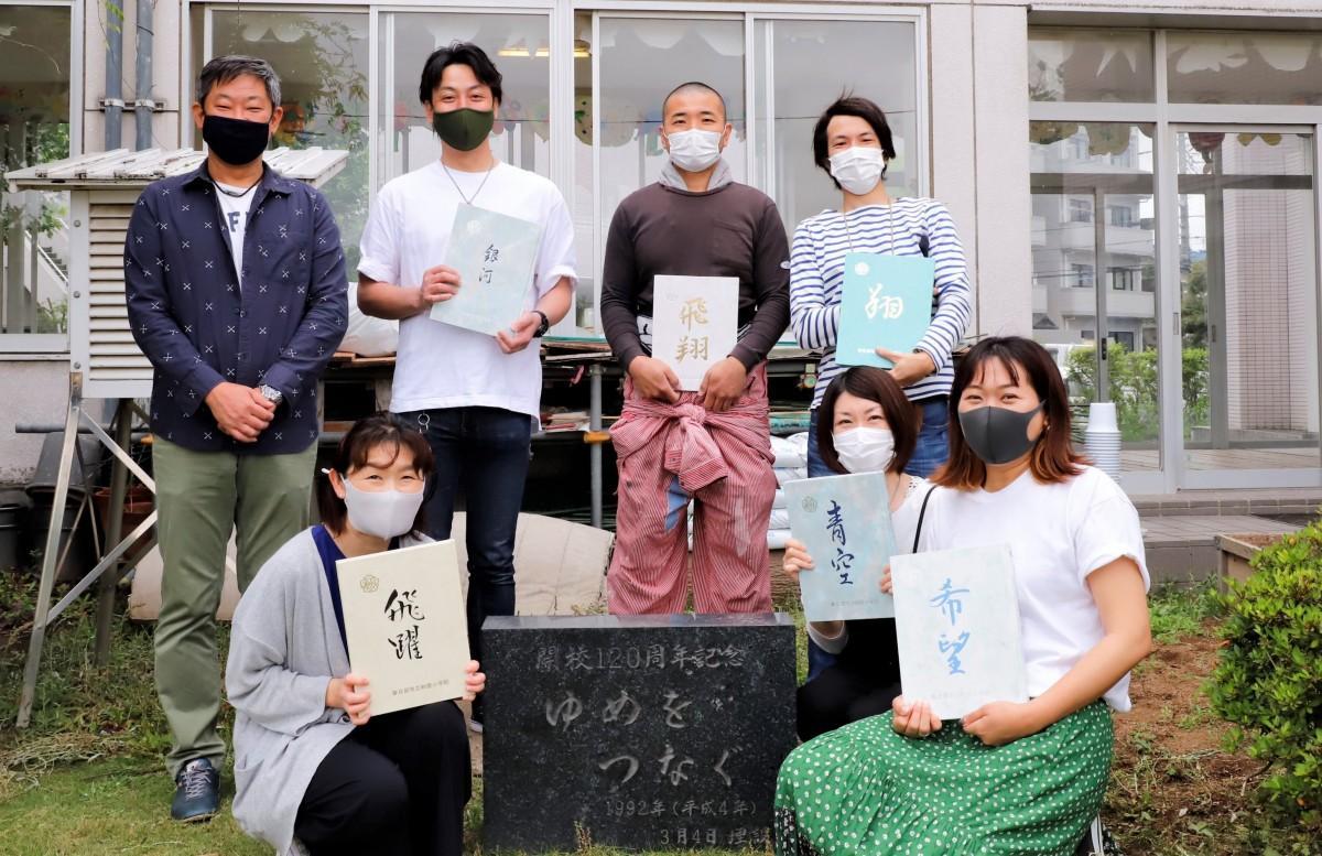 タイムカプセルの石碑の前で。池田稔さん(1番左)、関根晋太郎さん(左から2番目)、各学年のリーダー
