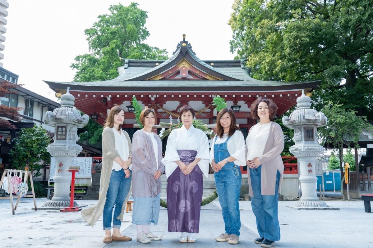 神社でままマルシェ実行委員会メンバーと香取神社小林桂子宮司