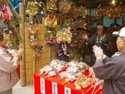 葛飾葛西神社で「酉の市」始まる-地元青戸の熊手商店などが出店