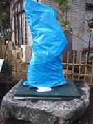 亀有に新たな「両さん像」が8体設置-ブルーシートで覆いお披露目待つ