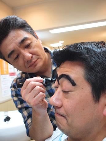亀有の理髪店が「両さんカット」サービス-マジックで眉毛を描くサービスも