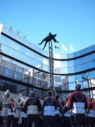 足立区役所で出初め式-地元消防記念会がはしご乗り披露