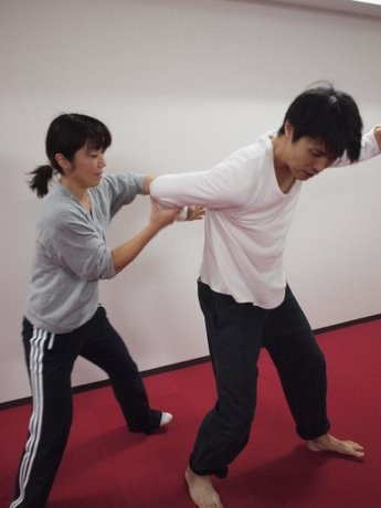亀有のフィットネススタジオが護身術コース新設-現役アクション俳優が指導