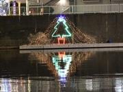 本奥戸橋の川岸にクリスマスイルミネーション-「一体誰が?」と話題に