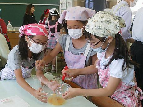 新小岩の小学校でマヨネーズ作り 学校公開で食の楽しさと大切さ学ぶ