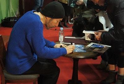 講演会後、サインに応じる塚本監督