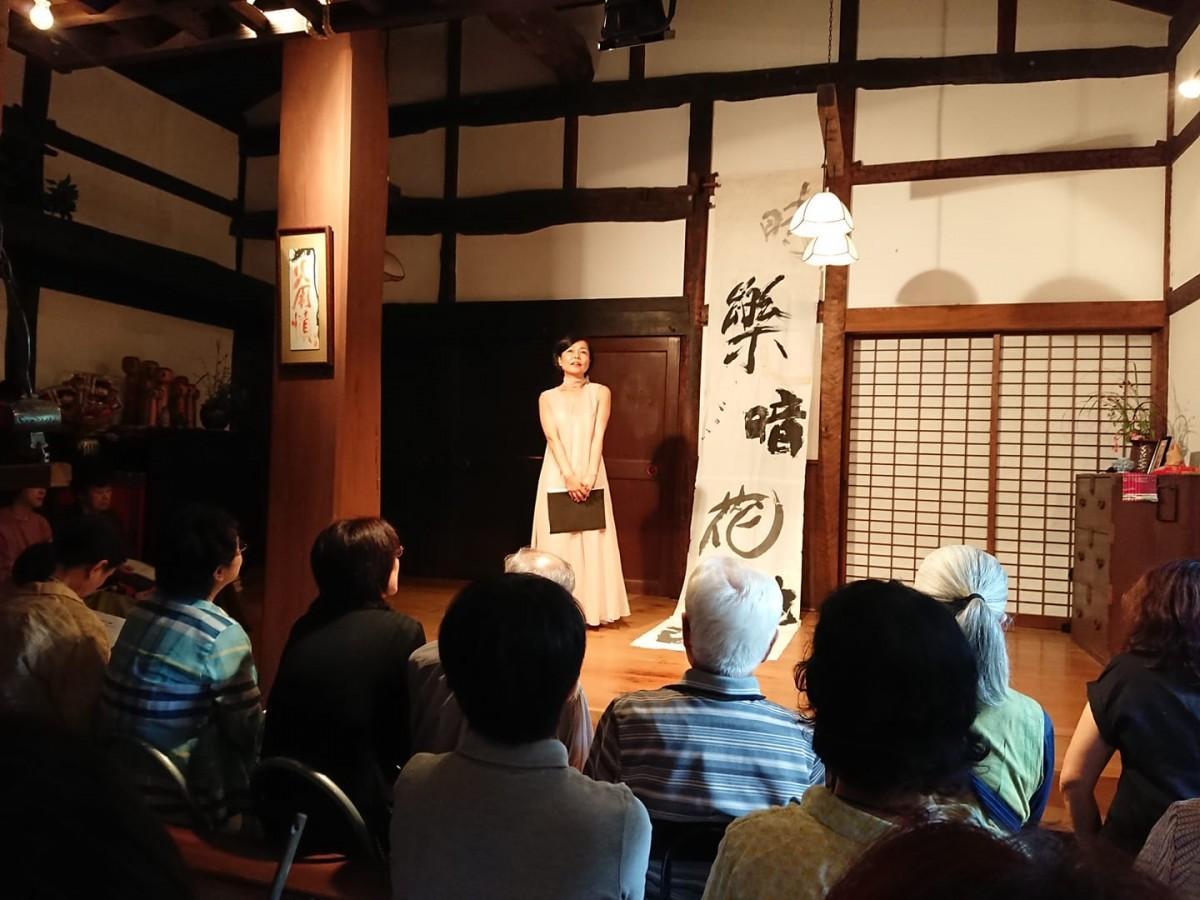 朗読公演中の谷英美さん