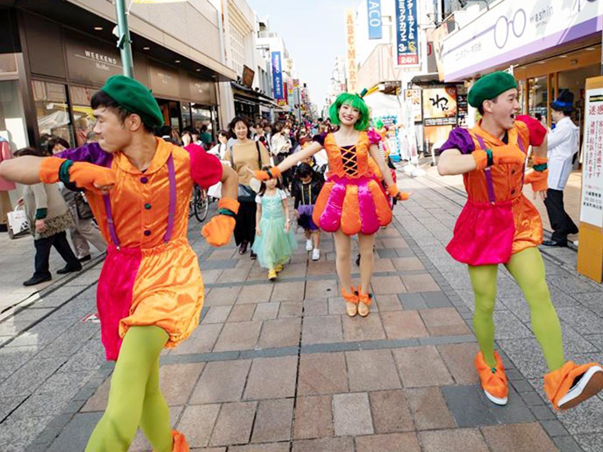 クレアモールを歩く過去の「ダンシングキッズパレード」の様子