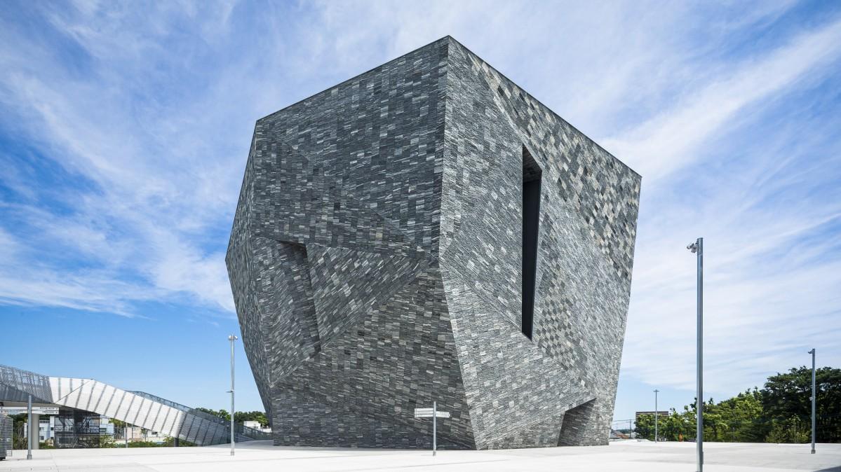 まるで水平線から隆起したようなダイナミックな「角川武蔵野ミュージアム」の外観