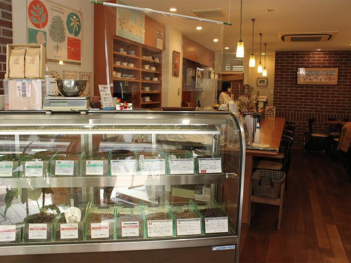 「山下珈琲cafe Bric」内のコーヒーを販売しているショーケースと内装