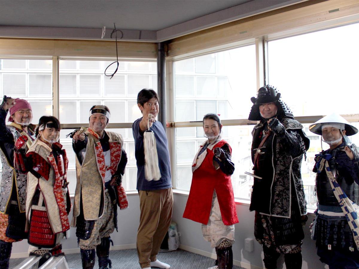 「ラジオ川越」放送局長の加藤貴博さん(中央)と忍城おもてなし甲冑(かっちゅう)隊