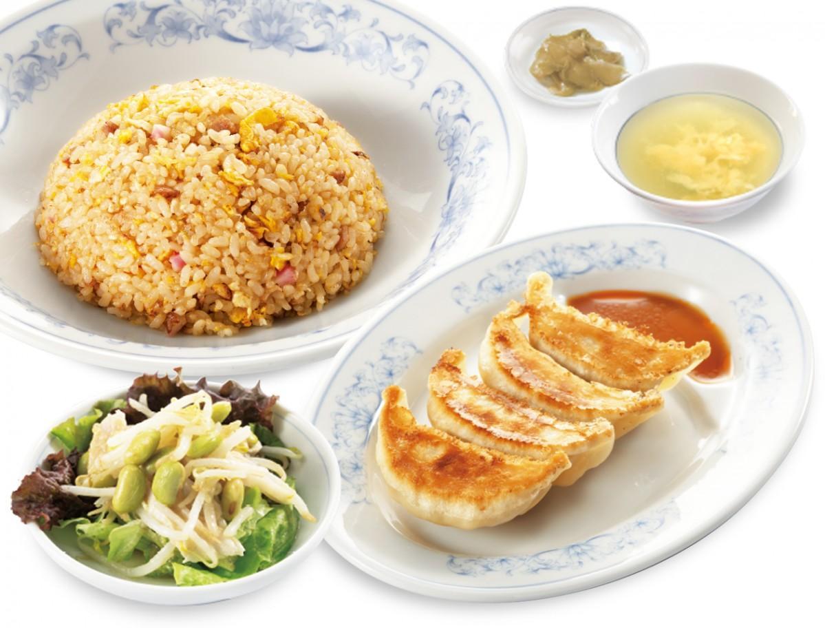 玄米チャーハンと餃子(720円)、蒸し鶏と秘伝豆のサラダ(210円)