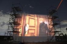 川越で「ドライブインシアター」 大型スクリーンの映画を車で鑑賞