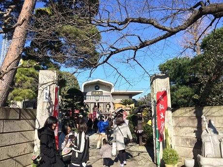 たくさんの参拝者でにぎわう安養寺の門前