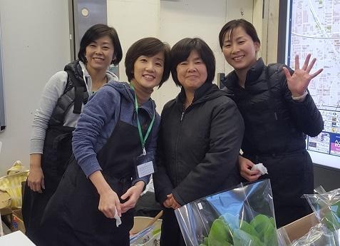 JR武蔵小杉駅コンコースで販売の準備をする「マルシェガールズ」