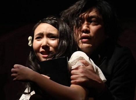 ハムレットを演じる梶原航さんとオフィーリアの逢沢凛さん