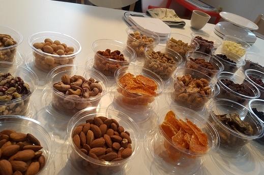 色とりどりの食材に歓声も。この中から6種類を選んで自分好みの「トレイルミックス」を作る
