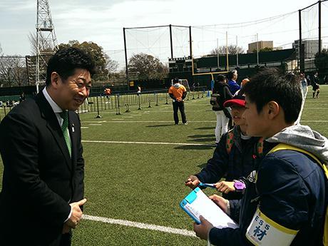腕章をつけて福田市長にインタビューを行う2人