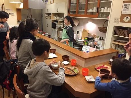 カウンターを囲んで楽しそうに食事をする子どもたち