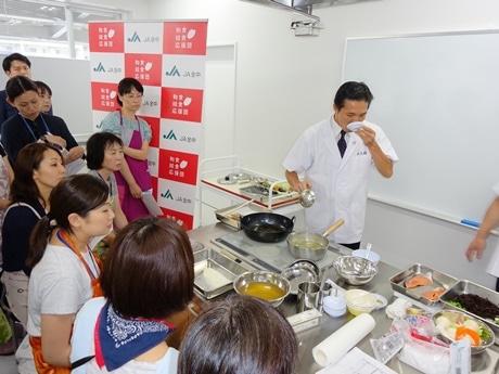 参加した栄養職員らに指導する髙橋さん