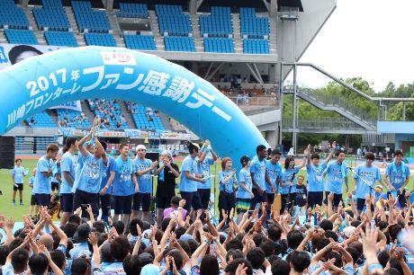 飛び入り参加の「SHISHAMO」と選手たち