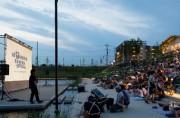 川崎競馬場で「ねぶくろシネマ」 大型ビジョン使い、一夜限りの屋外映画館