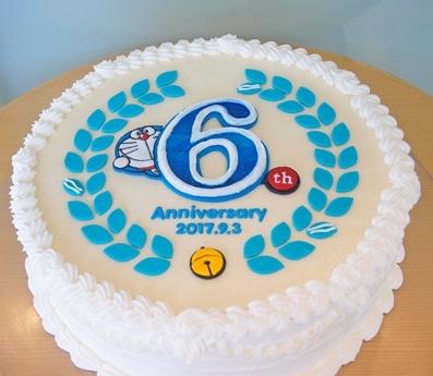 開館6周年と重ねて9月3日のドラえもんの誕生日記念に展示している特大ケーキ