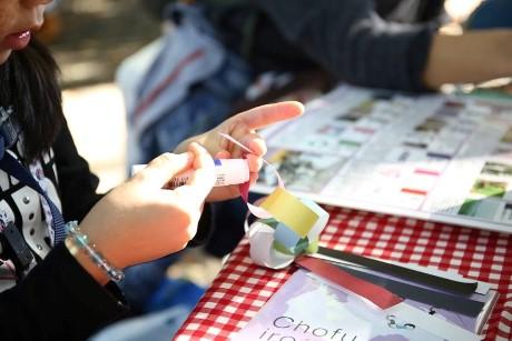 布多天神社で開催したイベント「いろどりマルシェ」でちょうふ折り紙をつなぐ参加者