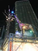武蔵小杉駅前にキリンのイルミネーション 点灯式典にサンタも