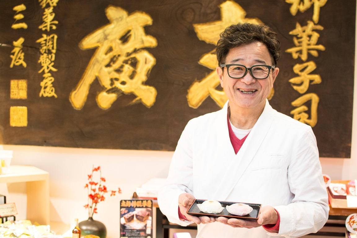 「幸福の四葉のクローバー大福」を持つ代表の三藤哲也さん