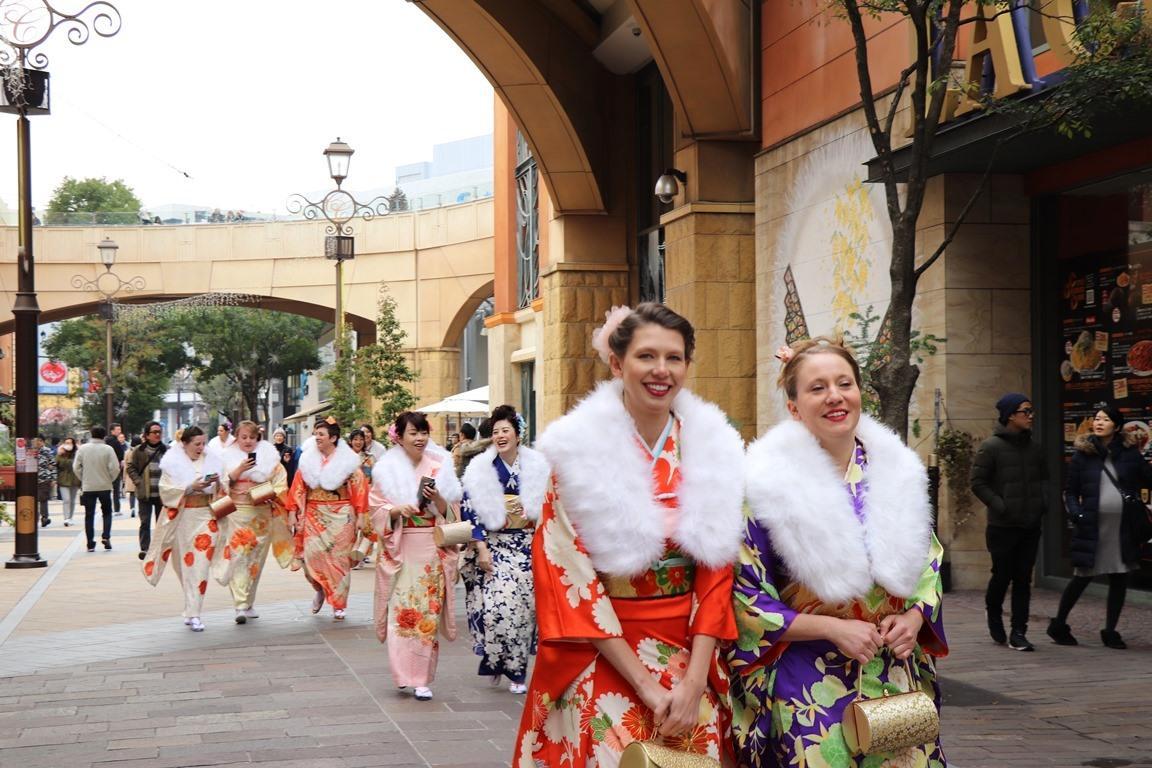 参加者の外国人が川崎駅周辺を和装でまち歩きツアー