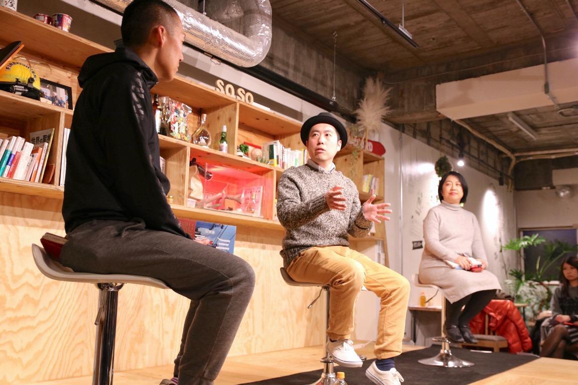 著者の磯部涼さんが参加者の前でインタビューに答える