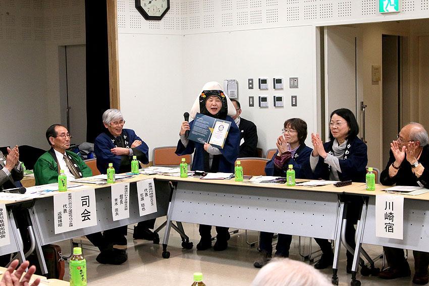 三角おむすびのPRをする東海道川崎宿2023年まつり実行委員長の池田ハルミさん