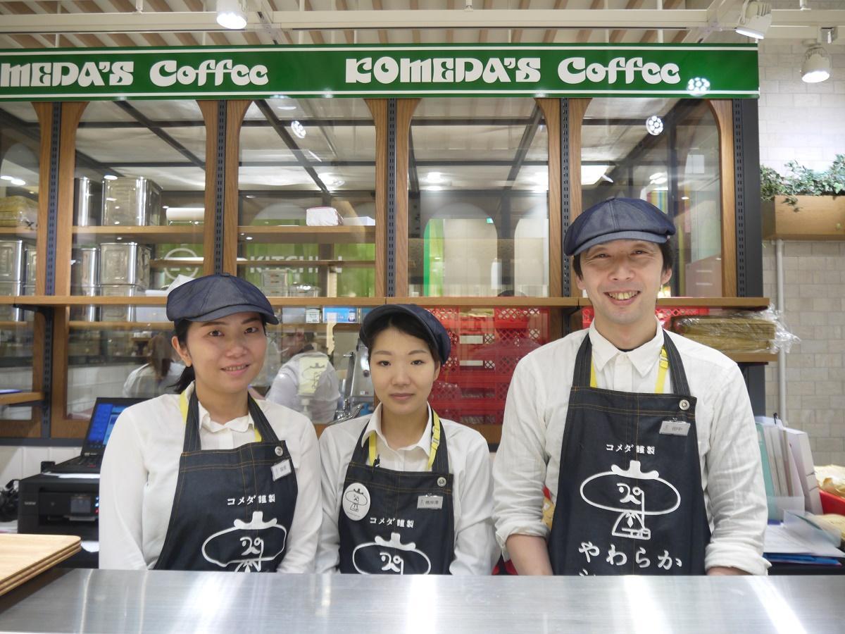 店長の田中さん(右)とスタッフ