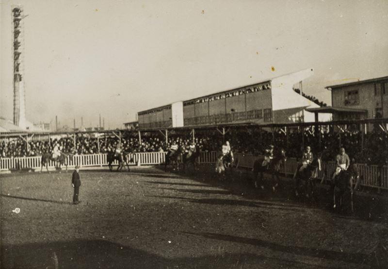 当時の川崎競馬倶楽部(川崎競馬場提供) シンボルの煙突も見える