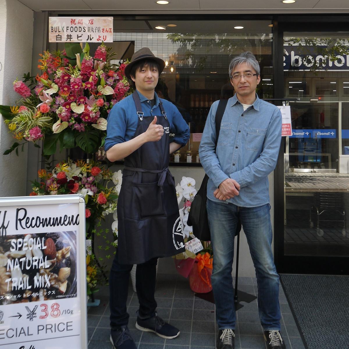 新店舗の前で。伊藤社長と長男で元住吉店の店長・弘吉さん