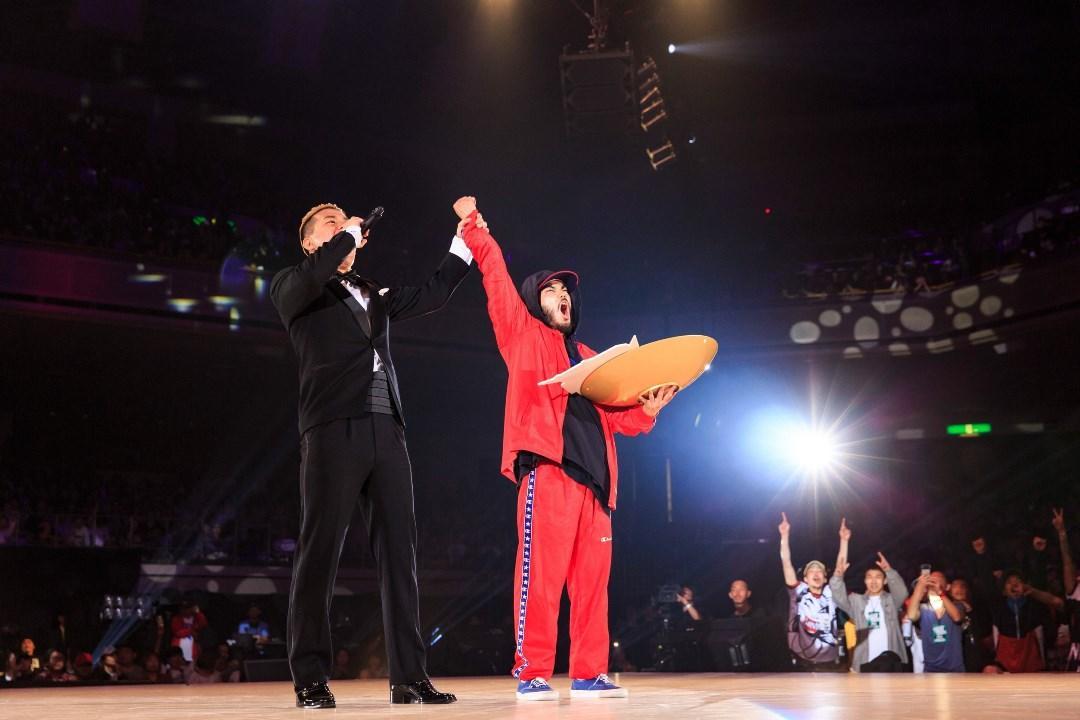 ステージで優勝の歓喜をあげるYuseiさん