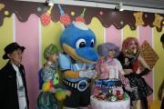 多摩川クラシコ場外イベントに「お菓子の家」 子どもの日に笑顔広がる