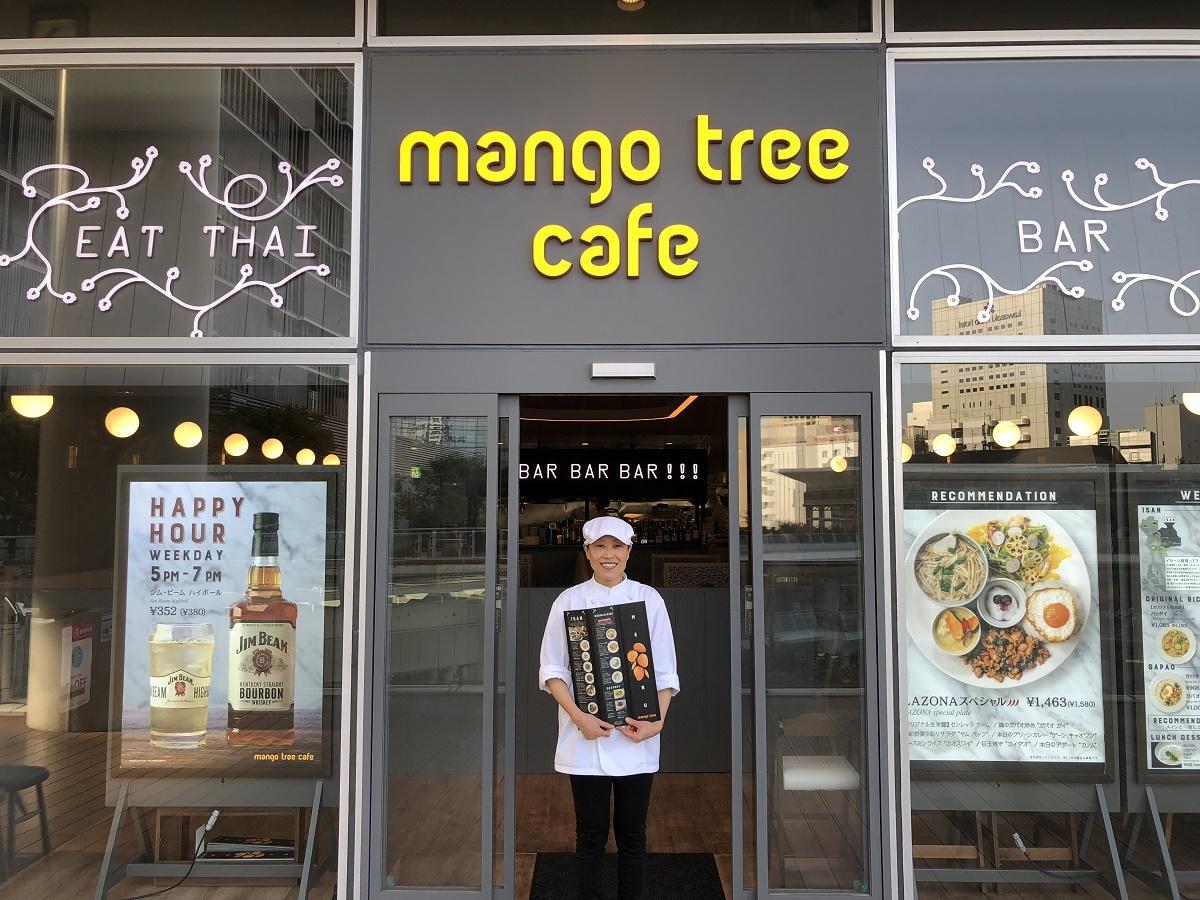 店舗の前でほほ笑むタイ人スタッフのサラワンさん