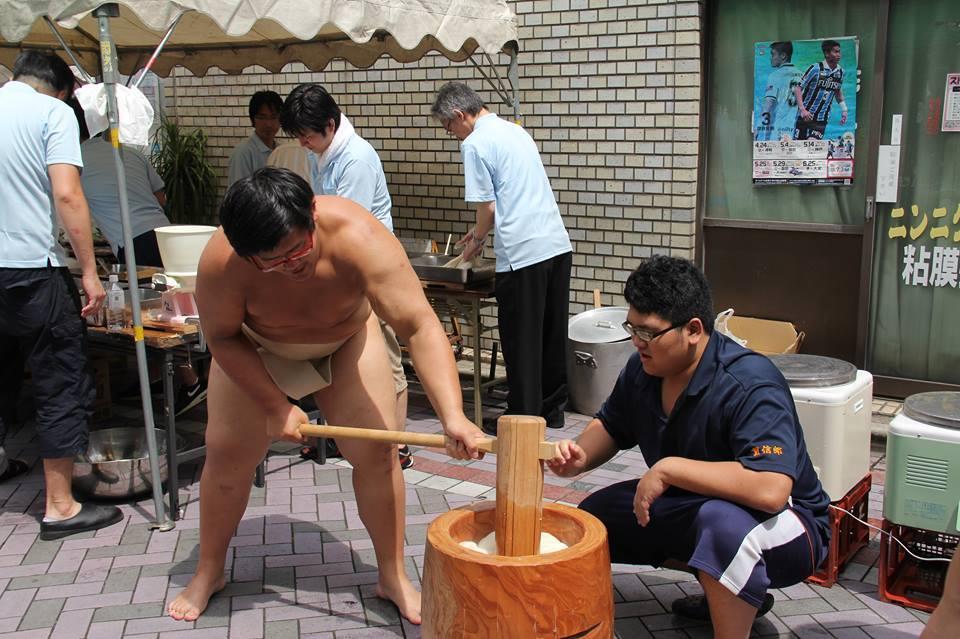 餅をつく法政大学の相撲部の学生たち(昨年の様子)