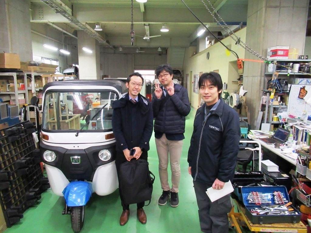 日本エレクトライク松波社長(右)とイベントを主催する「こすぎの大学」の岡本克彦さん(中央)