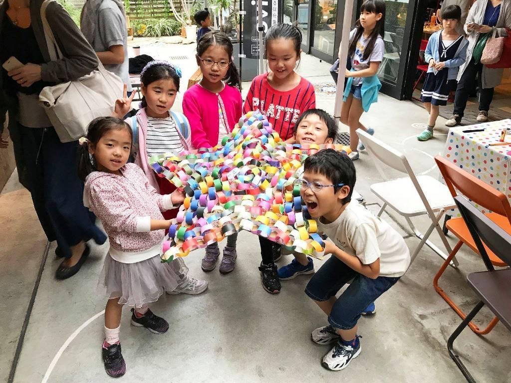 子供たちがつなげた星の形の「色輪っか」