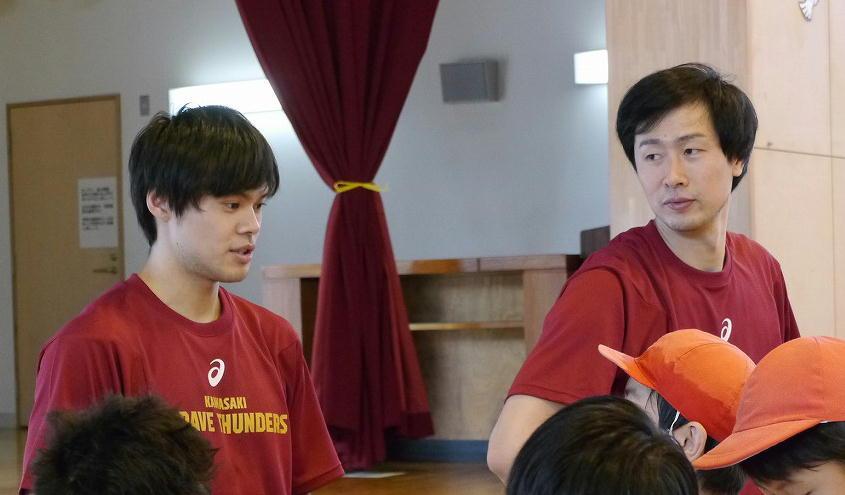 「ふれあいスポーツ教室」でバスケを指導する藤井祐眞選手(左)と長谷川技選手(右奥)