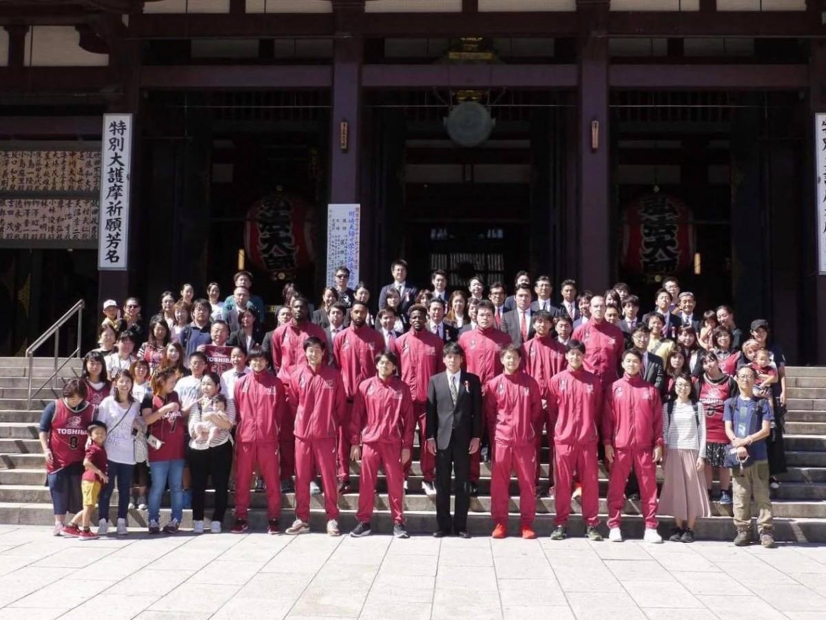 川崎大師(平間寺・本堂前)でファンも交えて必勝祈願の記念撮影