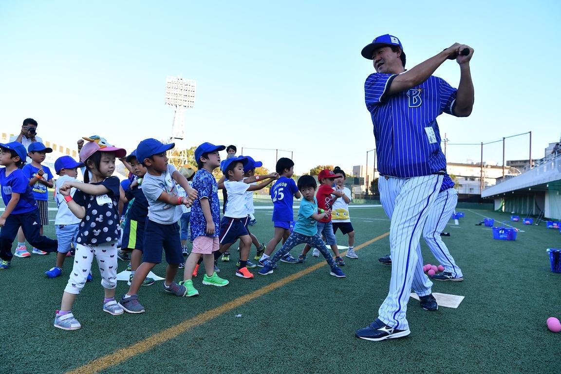 子どもたちにバッティングを教える鈴木尚典さん