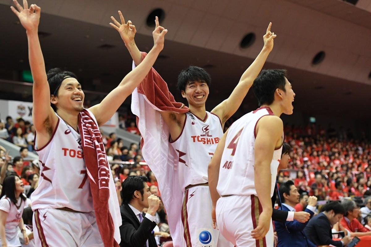 逆転勝利に喜ぶ選手たち(写真=加藤恵三)