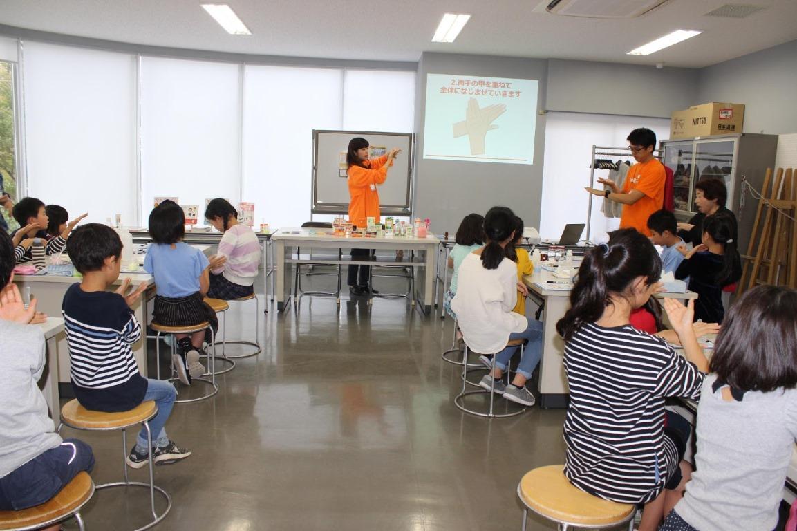 参加した子どもたちに教えるユースキンのスタッフ講師