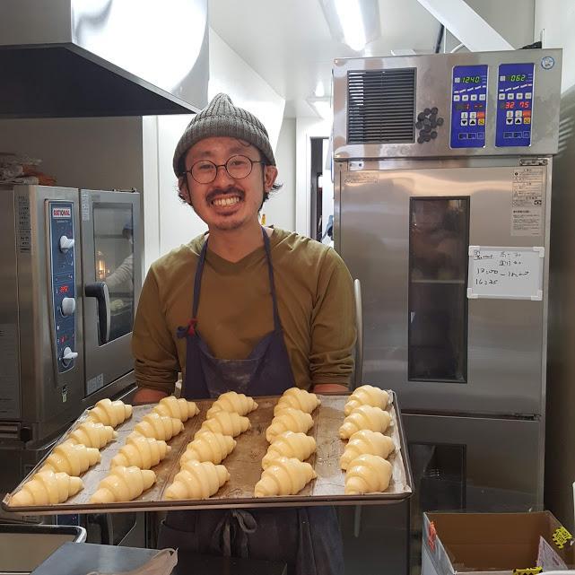 クロワッサンを焼くシェフの神戸友輔さん